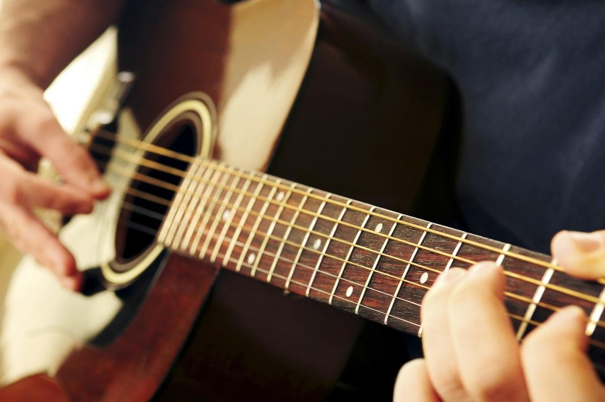 1486706642-len-day-dan-guitar-bang-dien-thoai-phan-mem-gstrings.jpg