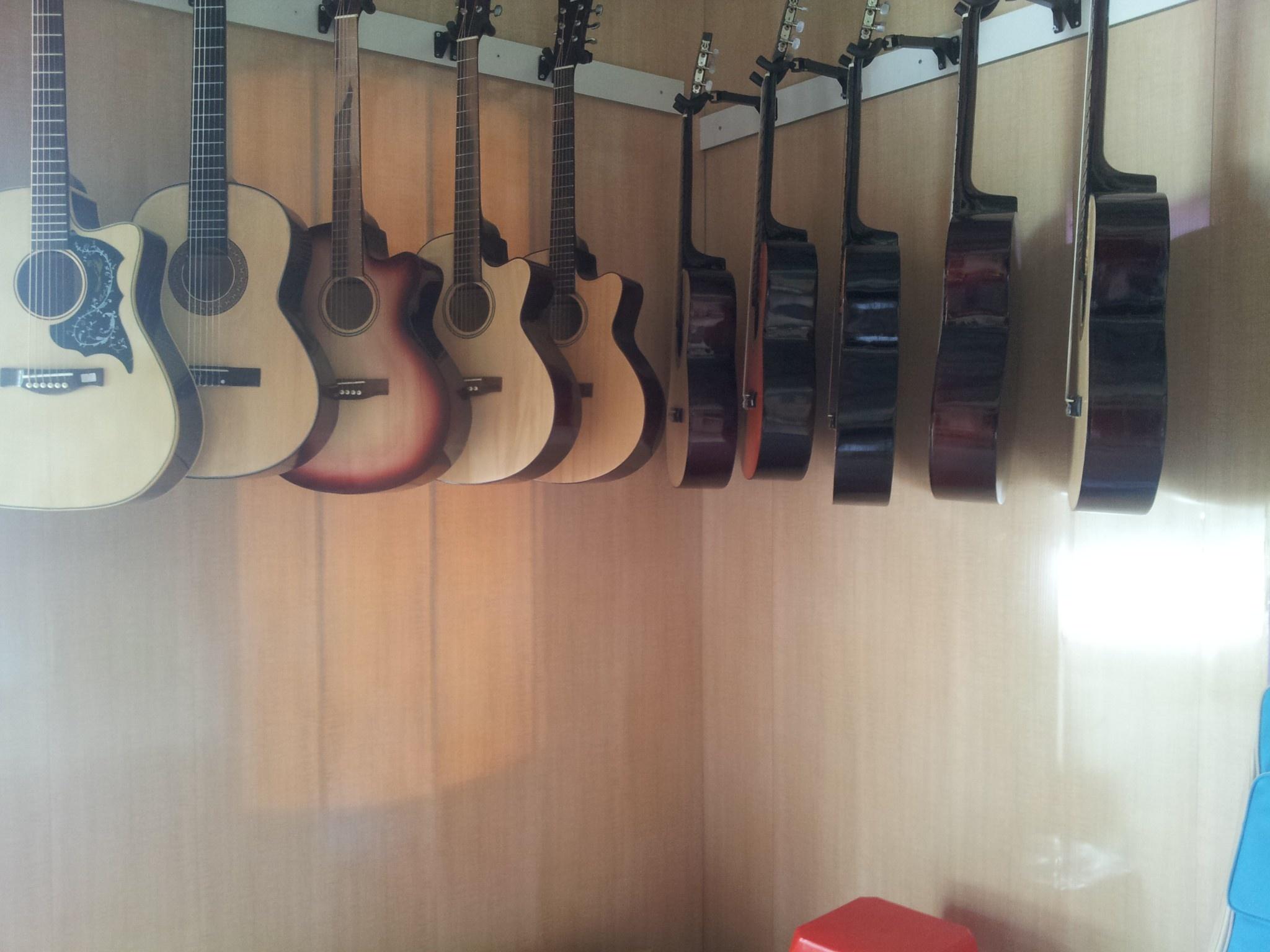 ban-dan-guitar-tai-hai-duong