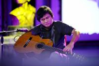 1485307071-nghi-luc-phi-thuong-cua-nghe-si-guitar-mot-tay-2.jpg
